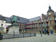 近くはマルクト広場で、ルネッサンス様式のRathaus市庁舎(1570年)、プファルツ選帝候ヨハン・ヴィルヘルム2世(通称JanWellenヤン・ヴェレム)騎馬像が絵になる形で立っている。  写真は懐かしのデュッセルドルフ旧市街:ヤン・ヴェレム騎馬像と市庁舎