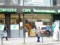 <Cafe Heinemannカフェ・ハイネマン> (Koeケー・センター内) D-40212 Duesseldorf 、Martin-Luther-Platz32   日曜日も10:30~18:00は開店しているのをHPで確認済みでしたが、所がお店に行くと、何やら改装中の様子で吃驚した。中に入ると改装はしているが、営業中だ。 当地一番の定評あるチョコレートのお店で、1階がチョコレートの販売、2階がレストラン・カフェになっている。  写真は懐かしのカフェ・ハイネマン前で