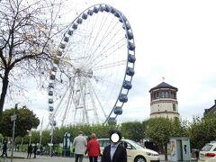 やってきたBurgplatzブルグ広場にはSchlossturmシュロスの塔(現在は船舶博物館)もあり、大きな観覧車だけが場違いの如く立っている。  これさえ無ければ、このあたりは昔と変わらぬ様子なのだが。  写真は懐かしのデュッセルドルフ旧市街:ブルグ広場の船舶博物館