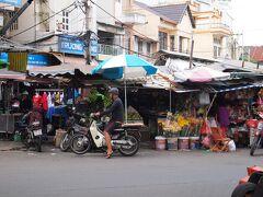 朝食後は、タイビン市場まで散歩