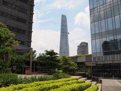 地下鉄の現場と反対側には、ビテクスコファイナンシャルタワーが見える。