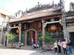 1760年に建設された天后宮  地元の信者のほかに欧米系の人種を連れたツアー客など多数の人が訪れている。