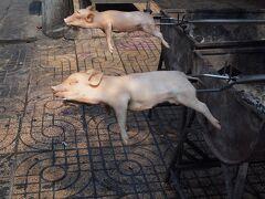 チョロン(チャイナタウン)の広東料理のお店の店先で見かけた子豚の丸焼き「烤乳猪」  北京ダックのように皮の部分を頂く。  料理を出す際に焼きあがった子豚の目の部分に赤い電球を入れて光らせる。 代用としてチェリーやプチトマトを目の部分に入れることもある。