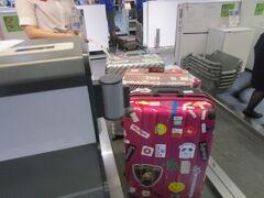 相変わらずのこみこみの羽田   一般カウンターは結構並んでますが オンラインチェックインの専用カウンターは空いててスーツケース3個預けます 何で皆さん事前チェックインしないんだろうか!! 40分前後違うのに???