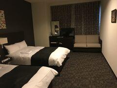 大阪空港ホテルはリニューアルしており、以前とは段違いに綺麗になっていました  ツインルームもまずまずの広さです