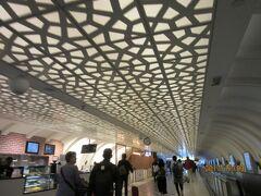 アブダビ国際空港に到着。 お土産を見た後、ラウンジに移動します。