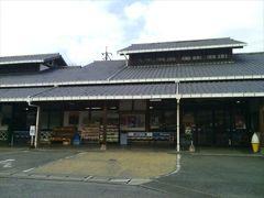 こちらは同じ敷地内にある「緑彩館」という物産館。 新鮮な野菜や果物がリーズナブルなお値段で購入できます。