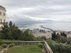 サン・マルティーノ美術館から見たナポリ港。ヌオーヴォ城と王宮が見えます。