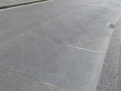 プロコンソロ通りの道路上の金色のライン