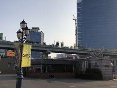 なんか素敵な歩道橋発見! ミョンドン方面に向かってあるからとりあえず行ってみることに 後でmaps.meで調べたら「ソウル路7017」って書いてありました とっても素敵な道です