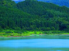341号線のお愉しみのひとつがこの「宝仙湖」。人口湖なのですがそのスケールはケタ外れ2億5千㎥の貯水量!色がコバルトブルーなのは上流の玉川温泉のアルミニウム粒子が青い波長の光だけを反射するという曰く付き!夏もいいが、新緑や紅葉の時期も絶景スポットとなる!