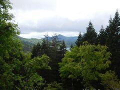 沼山峠の展望台(標高1770m)から尾瀬沼と至仏山を眺める。 ちなみに沼山峠の休憩所の標高は1700m、尾瀬沼の標高は1660m。