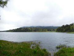 出発から50分で尾瀬沼の畔に到着。 尾瀬沼の向こうには燧ケ岳がそびえ立っているはずだが、 雲に隠れてしまって見えない。