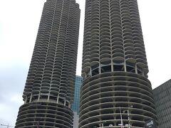 この不思議なツインタワーは、マリーナシティ。 コーンコブ(トウモロコシの穂軸)という愛称がつけられているそうです。  上がアパート、下が駐車場になってます。  ガイドさん曰く、余計なものを取っ払ったMinimizationの結果なんだとか。