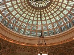 その後は街をぶらぶら。  シカゴ文化センターの天井には、美しいティファニーのドームが広がっています。