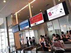 JAL006便で 羽田国際空港⇒ジョン・F・ケネディ空港へ  チケットをかざすとサファイヤカードの青色が! 音の違いも確認できました(*^-^*)