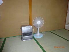部屋の中には、扇風機とストーブが置いてありました