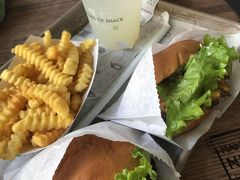 ハンバーガーは、小ぶりで食べやすく美味しい!  食べてる途中で満席になり立って食べてる人多数! 帰るときにはレジの列が外まで!   1日目はこれで終了 明日に備えて早めに休みます!   1日目は 福岡⇒東京⇒ニューヨーク移動編でした! 2日目は オプショナルツアーでNY観光&夜景