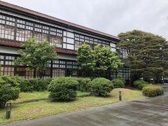 松陰神社から明倫学舎へ移動です。  ここの駐車場や中央公園の駐車場など市営の駐車場は310円/日で何度も停められます。