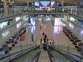5月9日(木)、福岡空港15時10分発のエアチャイナ(中国国際航空)CA954便に乗り、大連経由(降機して入国審査後に同じ機材に搭乗)で北京空港第3ターミナルに18時30分頃到着。  乗継が複雑な北京空港ということで、ビビりながらの北京入り。 エアチャイナのサイトに「Air China 乗り継ぎガイド」があり、誰かのブログにも紹介されていたりしたのでだいたいの流れは理解できましたが、やはり緊張します。  沖止めの飛行機から連絡バスで2Fの到着ロビーに移動し、そこから4Fの出発ロビーに上がって国際線出発エリアのEゾーンへ向かうため、エスカレーターで下りた2FにあるAPM(約2kmを走る無人シャトル)乗り場へ行きます。  APMに乗って第3ターミナルのCゾーン(国内線発着)から第3ターミナルEゾーン(国際線発着)へ移動し、シャトルを降りて出国カードを記入して出国審査、セキュリティチェックを経て19時45分頃出発ロビーに出ました。ふう。 沖止めの連絡バスに乗ってから約1時間を要しました。