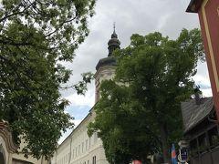 「旧イエズス会大学」 白い建物に沿って進むと聖バルバラ教会です。
