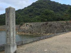 まずは宿から程近い萩城跡。中には入らず、こんもりした丘を見学しただけ(笑)。最初、小雨がぱらついてましたが、途中から晴れ間も覗き、私達って日頃の行いがいいのね(笑)。