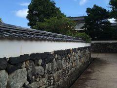 こういう小路や石壁が風情豊か。鍵曲ですもの、真っ直ぐどかどか進めませんよね。日向はやや暑いけど、日陰や風はとても爽やか。サイクリングにピッタリ。