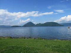 帰りは洞爺湖の見える道路から。ボートも出ていました。
