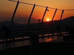 伊丹空港の夕暮れ・・・楽しい1日でした。  ローカルな区間を飛ぶのは楽しいことで・・・(そういえばかなり乗ってきたな~) 上級会員を目指すにはどうでもよいことかもしれないが、 空から日本を見ると・・・きっと楽しい思い出になりますよ。