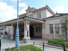 """6月1日(土) はれ  8時過ぎに東武日光駅に到着後、歩いてJR日光駅前まで移動。 写真は歴史を感じさせるJR駅です。  何故かと言うと…日光の奥の方に行くバスはJR日光駅が始発なのであの「いろは坂」を座って移動したい場合にはこちらの方が確実ですのでね。 で、そういう理由からこちらのバス停では並び方を巡って一悶着もありました(-""""-) 私が今回利用するバスは『中禅寺温泉』行きです。"""