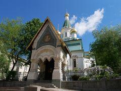 この教会は地下には奇跡を起こすと信じられているセラフィム・ソボレフ大司教の墓があり、多くの信者が祈りをささげにくる場所。 ついでに中に入ってみるとたくさんの信者の方がお祈りしていた。