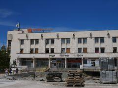 広場の中央には中央郵便局。 プロブディフの旅行記とか書いている人の写真とは全然違う広場。 ほぼ工事現場(;_;)