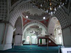 入ると誰もいない。 靴を脱いでちょっとお邪魔する。 このモスクは14世紀にオスマン朝の皇帝だったムラト2世の時代に建てられたものらしい。