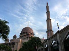 <プトラ モスク>  ピンクモスクの近くにやってきました。バラ色の花崗岩を使って造られ、全体がピンク色に見えるため「ピンク モスク」と呼ばれてます。  正式名は、「プトラ モスク」です。
