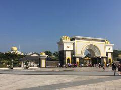 <イスタナ・ネガラ=王宮に到着>  プトラジャヤから車で約30分、マレーシア国王の王宮、「イスタナ・ネガラ」に到着しました。  駐車場にはたくさんのバスが並び、多くの人で賑わっています。
