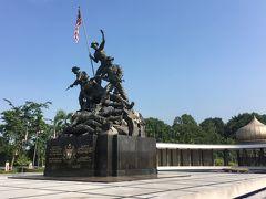 <日本兵?>  この像はどこかで見たことがあるような・・と思ったら、作者はワシントンDCの硫黄島記念碑(国旗を立てる米兵たち)を造った人でした。  しかし、上にいる兵士はどう見ても欧米人、そして下に横たわるのはゲートルをつけた日本兵にしか見えません。  マレーシアは、共産ゲリラやイギリスと戦い独立を果たしたのでは?