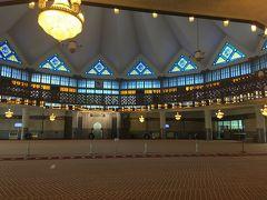 <礼拝所>  礼拝所は、信者以外は入れませんが、外からの見学は可能です。  天井がドーム状ではなく、星形になっていることが、分かりますか?