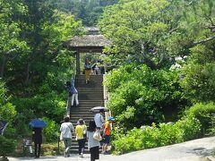 東慶寺にやって来た  縁切寺の東慶寺。 ここは、四季折々の花を楽しませてくれる。