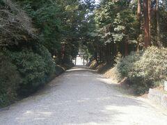 まだ少し時間があるので都祁水分神社にやってきました。厳かな雰囲気の参道が続きます。