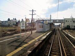 刈和野駅を発車しました。 一つ手前の神宮寺駅と同じ構内配線となっています。