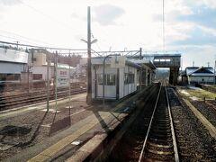 羽後境駅を発車しました。 秋田新幹線・奥羽本線(在来線)共に行き違い可能な構内配線となっています。