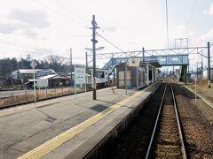 四ツ小屋駅を発車しました。 秋田新幹線は単線、奥羽本線は行き違い可能な構内配線となっています。  ■「四ツ小屋」の由来 この地に4戸の農家が移住してきたことから命名されました。