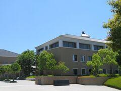 広島中央サイエンスパーク。広島県が整備した研究団地で,企業や国,産学共同の研究施設が集まっています。写真は独立行政法人「酒類総合研究所」。
