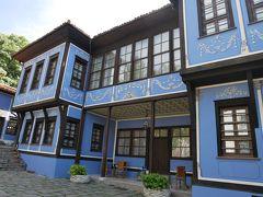 この青の外観が可愛らしい建物中にはアルメニア商人だったヒンドリヤンが、商用で出かけたイスタンブールやアレキサンドリアなど、各地で手に入れた調度家具を展示されているらしい。 ちょっと見たいなぁとは思ったけど…