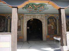 この教会の入口の左右の壁一面に描かれたフレスコ画は素晴らしく保存状態が良く、見事なもの。 残念ながら内部は撮影禁止なので写真はないけど内部の壁一面を覆うのは、花や鳥のフレスコ画。 奥には、民族復興期の巨匠ザハリ・ゾクラフらによる、金色に輝くイコンが埋め尽くす眺めは壮大そのもの。 薄暗いのが残念だけど保護のためには仕方ないね。