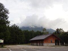 展望台そばの三本木駐車場 男体山が雲に覆われて頂上が見えません いよいよ雨が近い予感