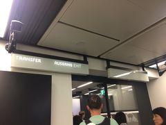 定刻より40分ほど早く到着しました!  ブリッジでターミナルへ。 ターミナルに到着したらエスカレーターで一階上がり、肌感覚で50メートルほどで入国審査です。