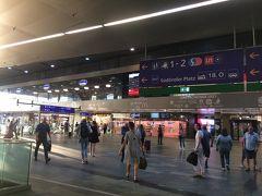 ミッテ直通ではなかったので、まずは中央駅へ。 ミッテに行くのは何番に乗るんでしたっけ? すっかり忘れていて、ツーリストインフォメーションで教えていただきました。