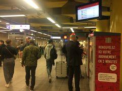 さすがにまだお部屋には入れないので、荷物を預かってもらいます。 一旦13時くらいに戻って荷物を出し入れしても大丈夫か確認して、すぐに出発します。  ブリュッセル南駅はお店も旅行者も多く、普通の人もたくさんいるので、写真を撮るくらいは大丈夫です。