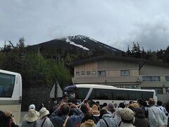 富士山五合目に到着。すごい人出!  ちゃんと見える!!!